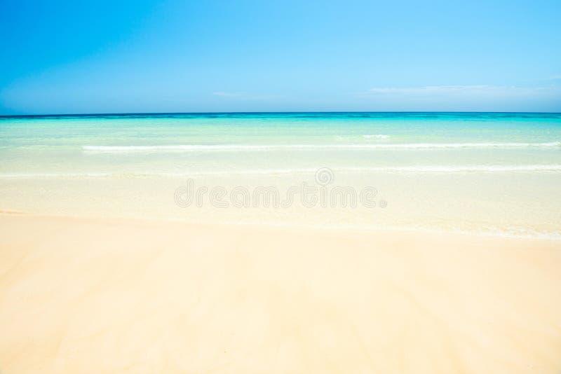 Άσπρη παραλία άμμου και σαφές θαλάσσιο νερό κάτω από το μπλε ουρανό στοκ φωτογραφίες