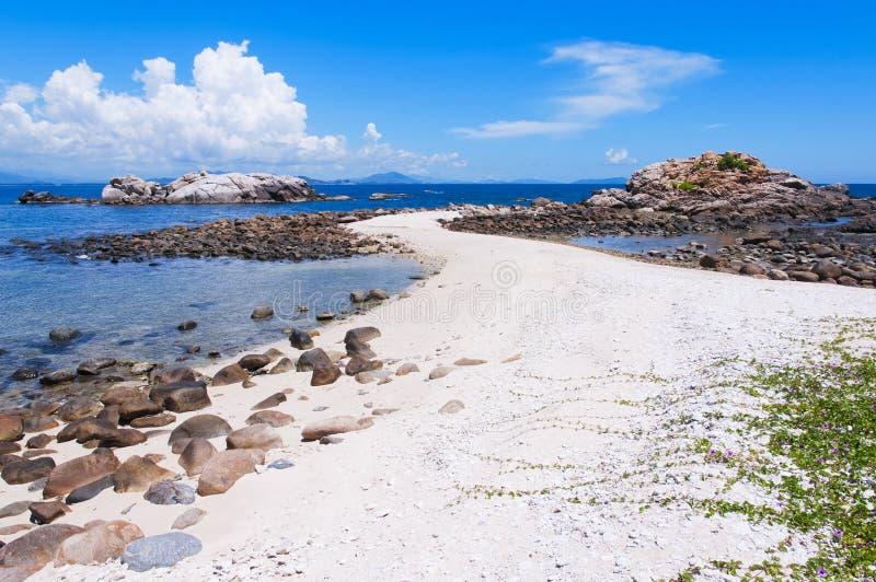 Άσπρη παραλία άμμου στοκ φωτογραφία με δικαίωμα ελεύθερης χρήσης