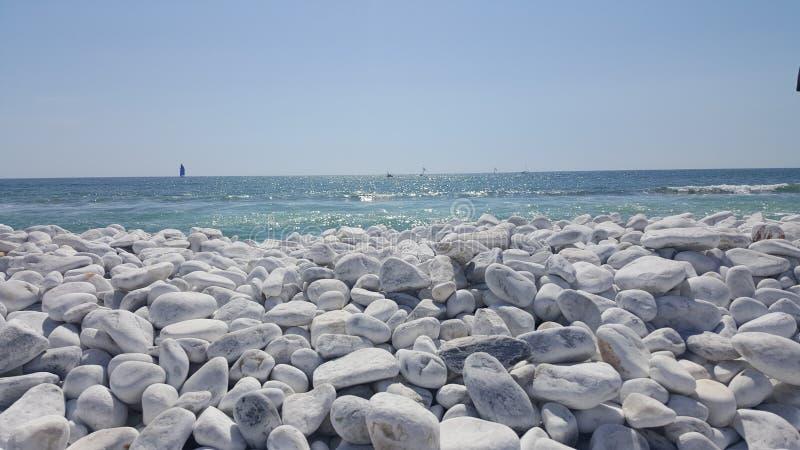 Άσπρη παραλία χαλικιών στην Πίζα, Ιταλία στοκ εικόνες