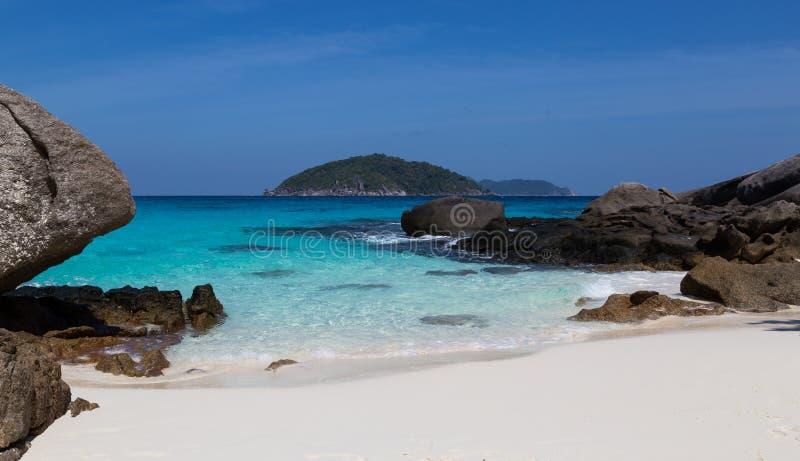 Άσπρη παραλία άμμου και τυρκουάζ μπλε θάλασσα στοκ εικόνες με δικαίωμα ελεύθερης χρήσης
