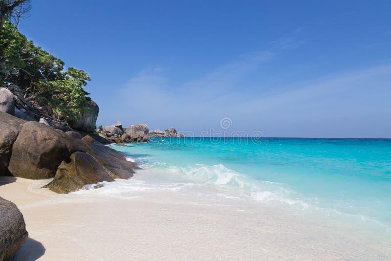 Άσπρη παραλία άμμου και τυρκουάζ μπλε θάλασσα στοκ εικόνες