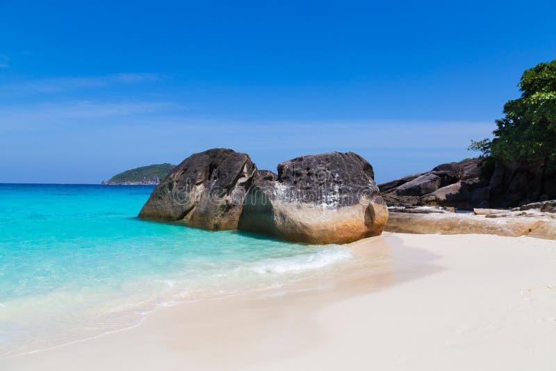 Άσπρη παραλία άμμου και τυρκουάζ μπλε θάλασσα στοκ φωτογραφία με δικαίωμα ελεύθερης χρήσης