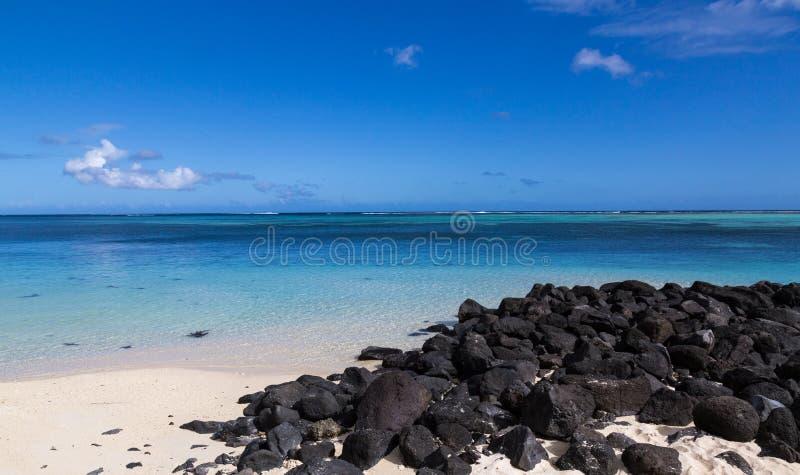 Άσπρη παραλία άμμου LE Morne Μαυρίκιος που αντιμετωπίζει τη θάλασσα στοκ φωτογραφίες με δικαίωμα ελεύθερης χρήσης