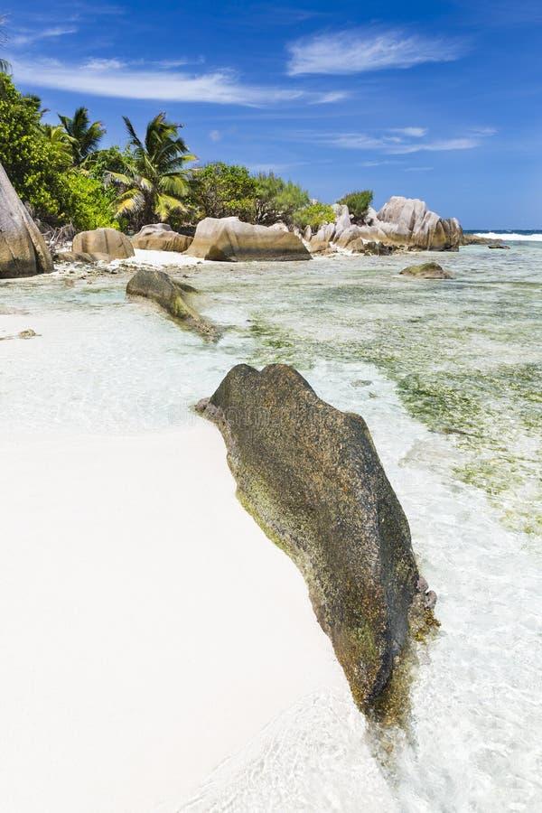 Άσπρη παραλία με τους βράχους γρανίτη, Λα Digue, Σεϋχέλλες στοκ φωτογραφίες