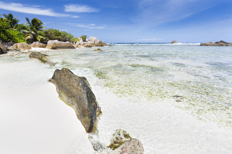 Άσπρη παραλία με τους βράχους γρανίτη, Λα Digue, Σεϋχέλλες στοκ εικόνες
