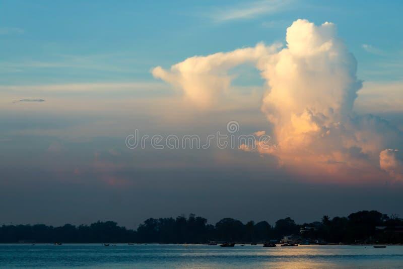 άσπρη πορτοκαλιά ηλιοφάνεια σύννεφων ηλιοβασιλέματος στο μπλε ουρανό πέρα από τη θάλασσα στοκ εικόνα με δικαίωμα ελεύθερης χρήσης