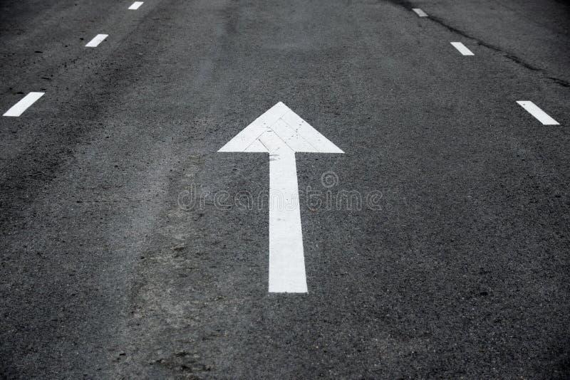 Άσπρη προοπτική σημαδιών κυκλοφορίας βελών κατ' ευθείαν μπροστά στο δρόμο στοκ φωτογραφία με δικαίωμα ελεύθερης χρήσης