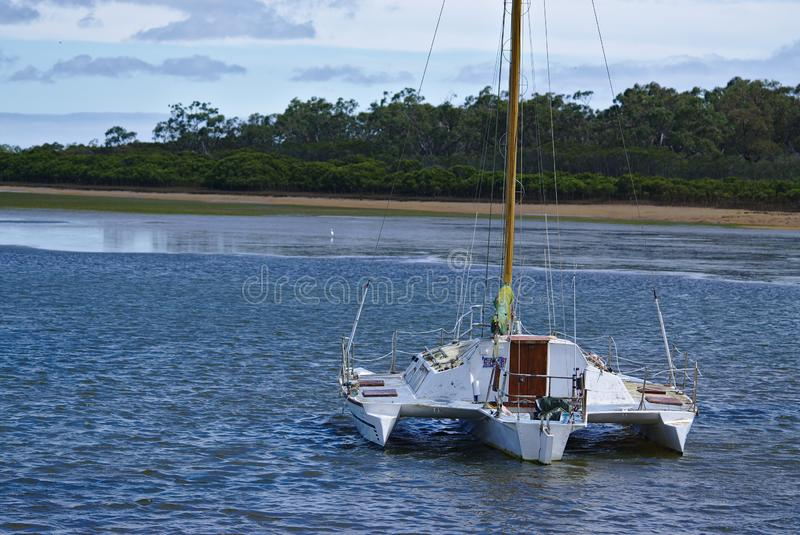 Άσπρη πρόσδεση βαρκών στο ειρηνικό νερό στοκ φωτογραφία με δικαίωμα ελεύθερης χρήσης