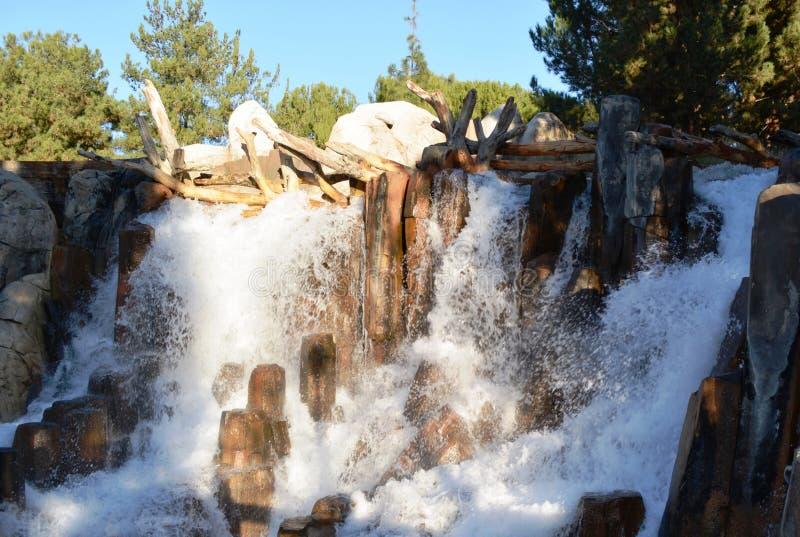 Άσπρη πτώση νερού που παρουσιάζει την αγνότητα στοκ εικόνα