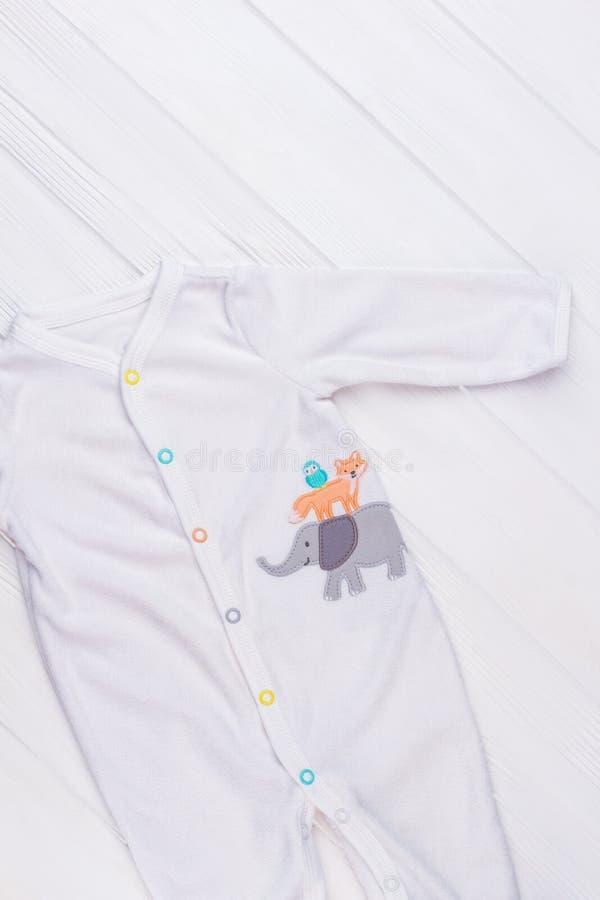 Άσπρη πυτζάμα μικρών παιδιών στοκ φωτογραφίες