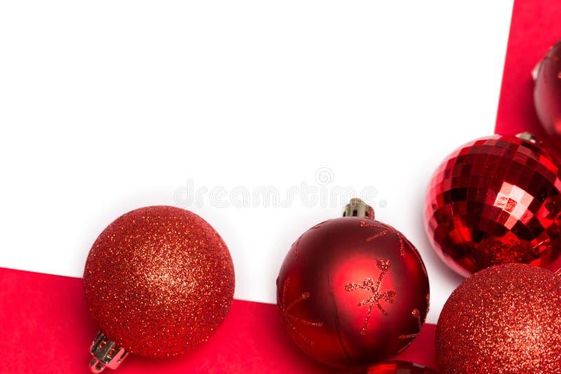 Άσπρη σελίδα με τα κόκκινα μπιχλιμπίδια Χριστουγέννων στοκ εικόνες με δικαίωμα ελεύθερης χρήσης