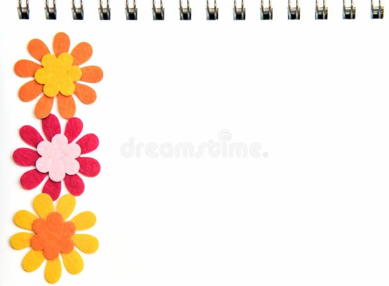 Άσπρη σελίδα σημειωματάριων με με τα λαμπρά χρωματισμένα λουλούδια στοκ εικόνες με δικαίωμα ελεύθερης χρήσης