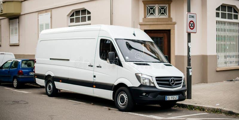 Άσπρη σταθμευμένη φορτηγό οδός της Mercedes-Benz Sprinter στοκ εικόνες