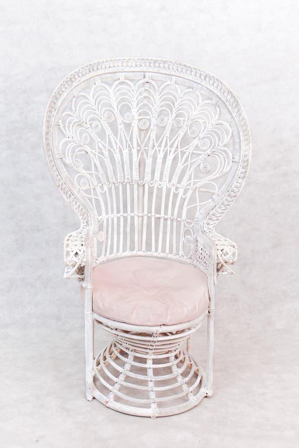 Άσπρη στρογγυλή ξύλινη καρέκλα στοκ φωτογραφία με δικαίωμα ελεύθερης χρήσης