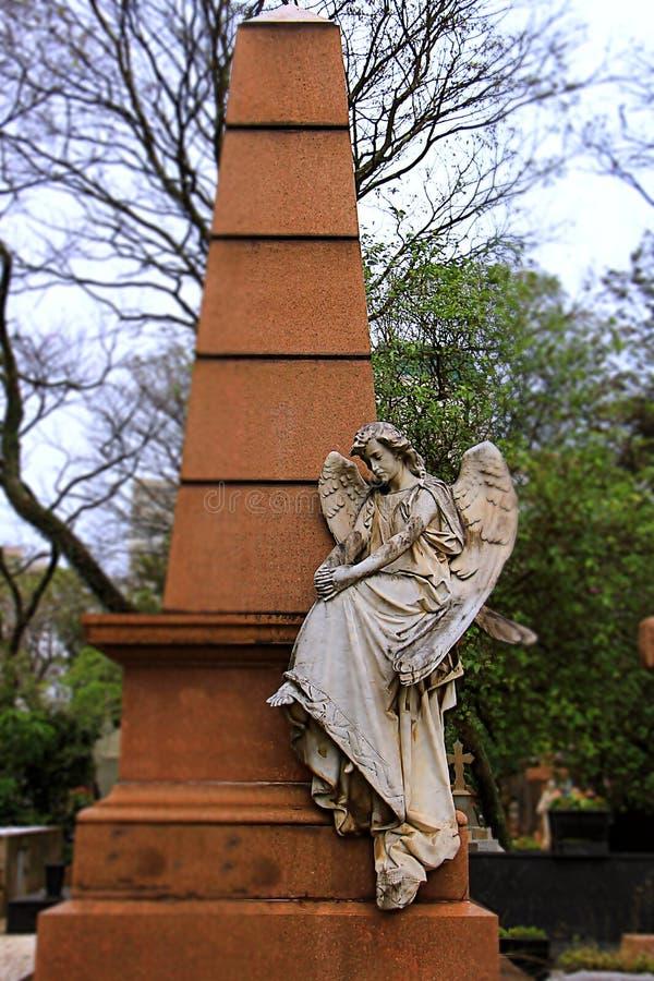 Άσπρη συνεδρίαση αγγέλου στον τάφο στοκ εικόνα με δικαίωμα ελεύθερης χρήσης