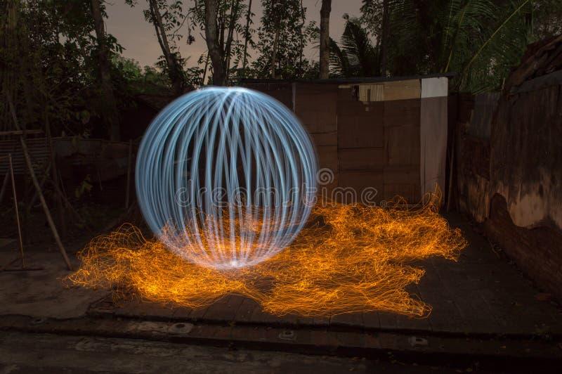 Άσπρη σφαίρα πολυτέλειας στην πυρκαγιά στοκ εικόνες με δικαίωμα ελεύθερης χρήσης