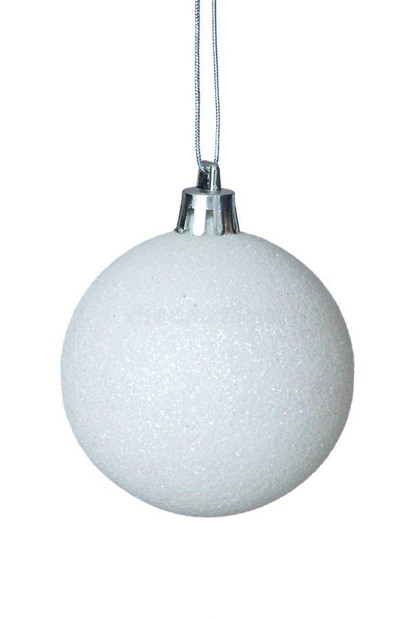 Άσπρη σφαίρα Χριστουγέννων πέρα από τη σαφή ανασκόπηση. στοκ εικόνα με δικαίωμα ελεύθερης χρήσης