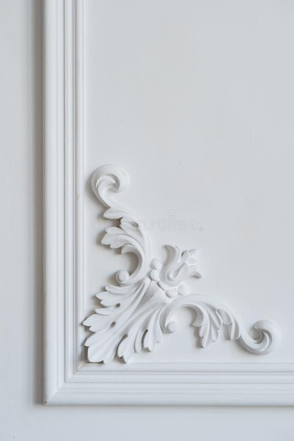Άσπρη σχηματοποίηση τοίχων με τη γεωμετρική μορφή και το εξαφανιμένος σημείο Άσπρη bas-ανακούφιση σχεδίου τοίχων πολυτέλειας με τ στοκ φωτογραφία
