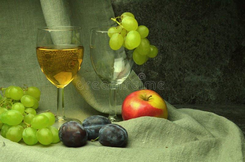 Άσπρη σύνθεση κρασιού με τα σταφύλια στοκ εικόνα