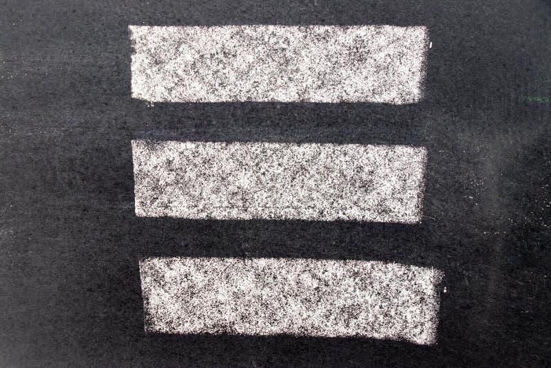 Άσπρη σύσταση χρωμάτων κιμωλίας στο μαύρο υπόβαθρο πινάκων στοκ εικόνες