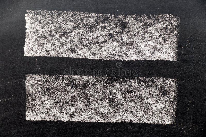 Άσπρη σύσταση χρωμάτων κιμωλίας στο μαύρο υπόβαθρο πινάκων στοκ εικόνα