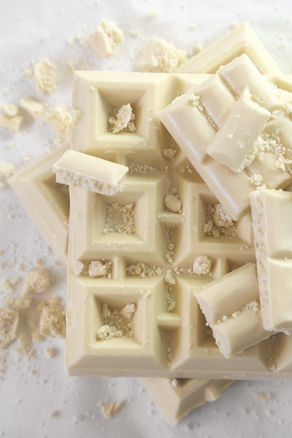 Άσπρη τεμαχισμένη σοκολάτα σε μονοχρωματικό στοκ εικόνα με δικαίωμα ελεύθερης χρήσης