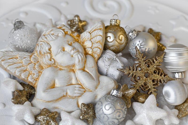 Άσπρη χρυσή διακόσμηση Χριστουγέννων με τον άγγελο στοκ φωτογραφίες με δικαίωμα ελεύθερης χρήσης