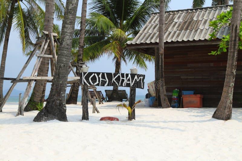 Άσπροι άμμος και φοίνικες στο τροπικό νησί Koh Kham στο βασίλειο της Ταϊλάνδης στοκ φωτογραφία με δικαίωμα ελεύθερης χρήσης