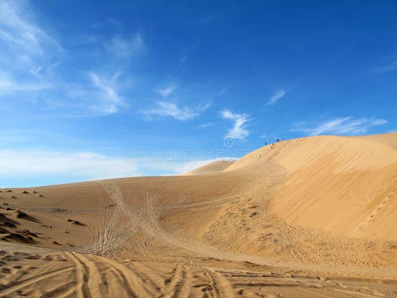 Άσπροι αμμόλοφος άμμου και μπλε ουρανός στοκ εικόνα