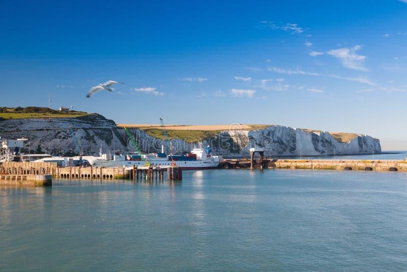 Άσπροι απότομοι βράχοι και λιμάνι του Ντόβερ κατά μήκος της ακτής του αγγλικού καναλιού στοκ φωτογραφία με δικαίωμα ελεύθερης χρήσης