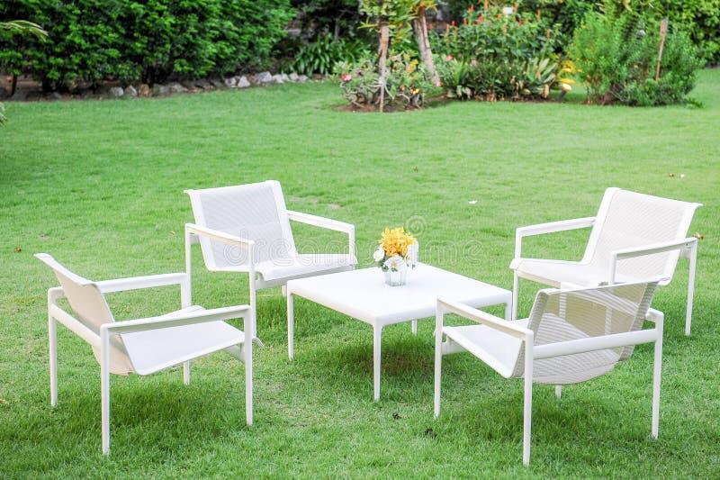 Άσπροι καρέκλα και πίνακας στον κήπο στοκ φωτογραφίες με δικαίωμα ελεύθερης χρήσης