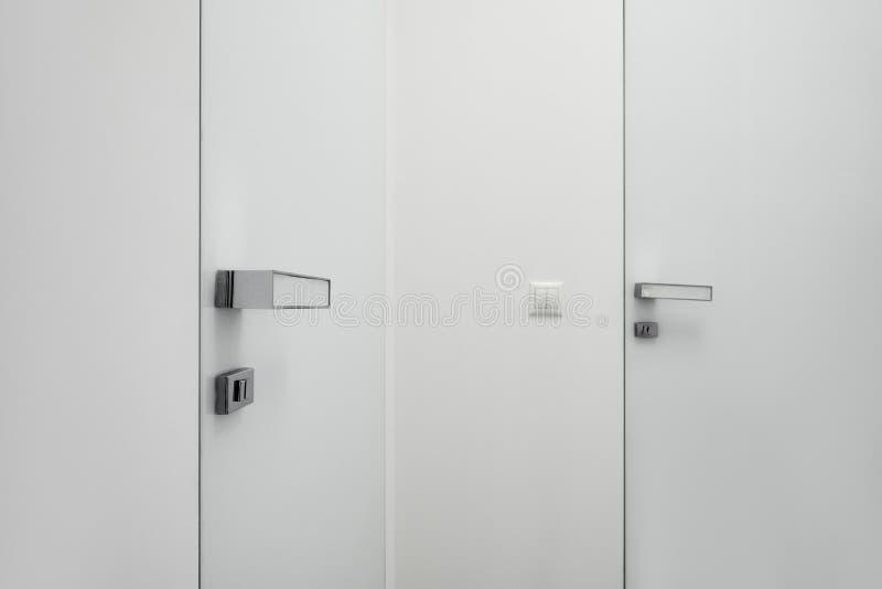 Άσπροι πόρτα και διακόπτης στοκ φωτογραφία με δικαίωμα ελεύθερης χρήσης