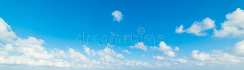 Άσπροι σύννεφα και μπλε ουρανός στην άνοιξη στοκ φωτογραφία με δικαίωμα ελεύθερης χρήσης
