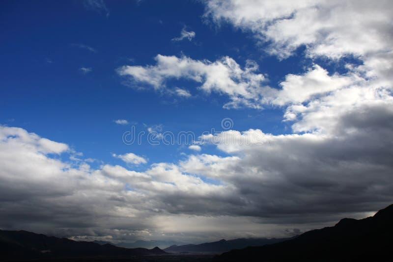 Άσπροι σύννεφα και μπλε ουρανός στοκ εικόνα