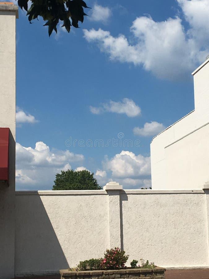 Άσπροι τοίχοι και άσπρα σύννεφα στοκ εικόνες με δικαίωμα ελεύθερης χρήσης
