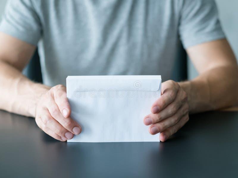 Άσπροι φάκελοι σωρών ατόμων επιστολών πρόσκλησης στοκ εικόνες με δικαίωμα ελεύθερης χρήσης