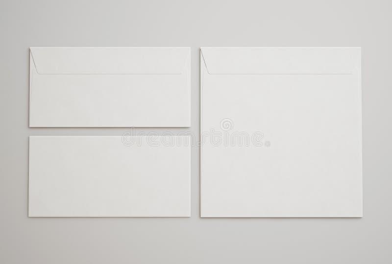Άσπροι φάκελοι στο ανοικτό γκρι υπόβαθρο στοκ φωτογραφία με δικαίωμα ελεύθερης χρήσης