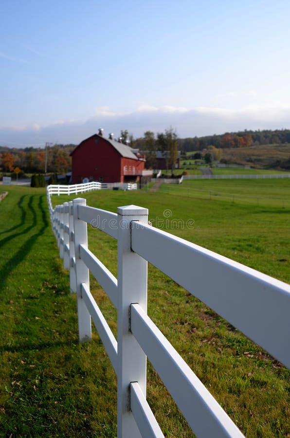 Άσπροι φράκτης και σταύλος χώρας στοκ φωτογραφία
