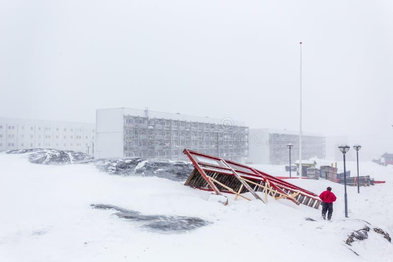 Άσπροι φραγμοί διαβίωσης Inuit, στην οδό και τη σπασμένη διάβαση πεζών afte στοκ εικόνες