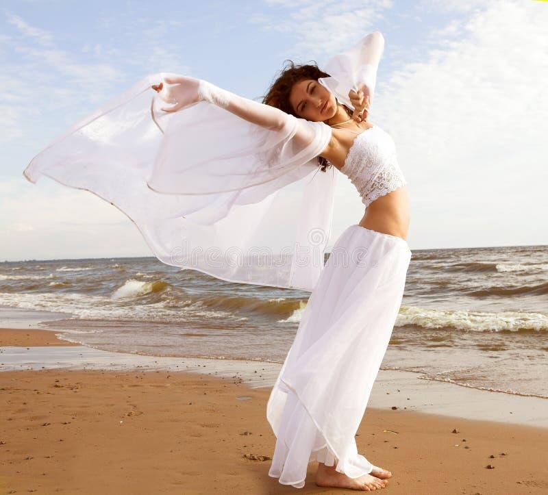 Άσπρος άγγελος στην παραλία στοκ φωτογραφία