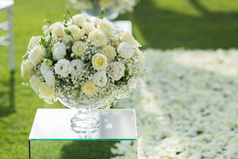 Άσπρος αυξήθηκε οργάνωση διακοσμήσεων ανθοδεσμών λουλουδιών στη γαμήλια τελετή στοκ εικόνα με δικαίωμα ελεύθερης χρήσης
