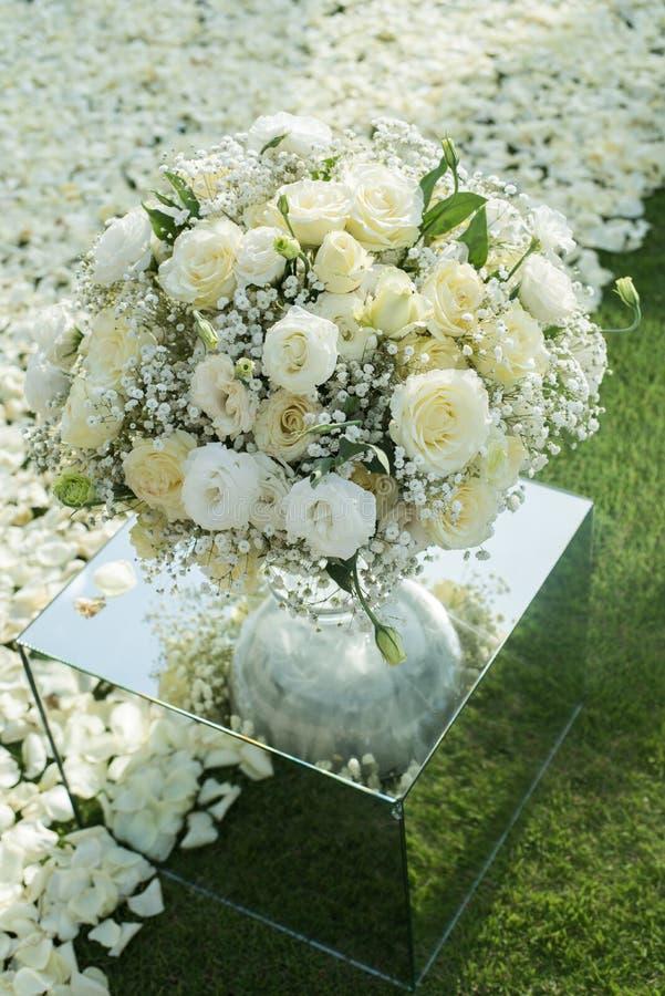 Άσπρος αυξήθηκε οργάνωση διακοσμήσεων ανθοδεσμών λουλουδιών στη γαμήλια τελετή στοκ φωτογραφίες