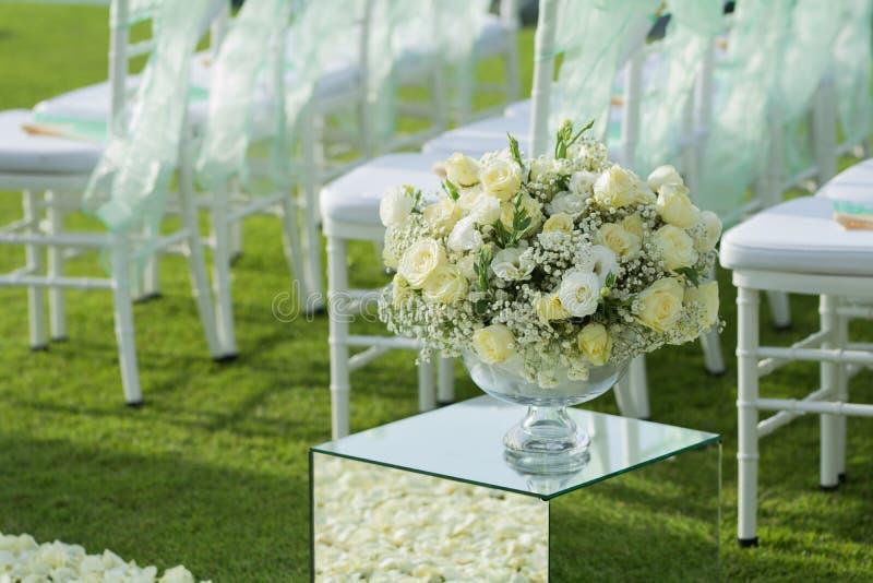 Άσπρος αυξήθηκε οργάνωση διακοσμήσεων ανθοδεσμών λουλουδιών στη γαμήλια τελετή στοκ φωτογραφίες με δικαίωμα ελεύθερης χρήσης