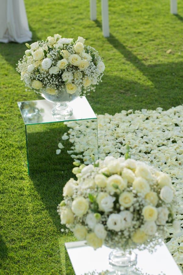 Άσπρος αυξήθηκε οργάνωση διακοσμήσεων ανθοδεσμών λουλουδιών στη γαμήλια τελετή στοκ εικόνες με δικαίωμα ελεύθερης χρήσης