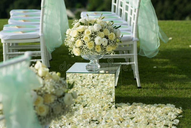 Άσπρος αυξήθηκε οργάνωση διακοσμήσεων ανθοδεσμών λουλουδιών στη γαμήλια τελετή στοκ φωτογραφία με δικαίωμα ελεύθερης χρήσης