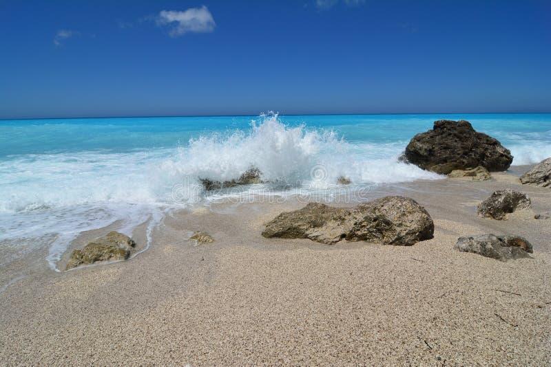 Άσπρος αφρός θάλασσας των συντρίβοντας κυμάτων στοκ φωτογραφία