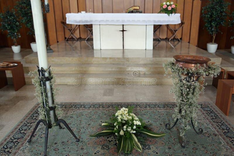 Άσπρος βωμός της χριστιανικής εκκλησίας με το βαπτιστικό duri πηγών στοκ εικόνες με δικαίωμα ελεύθερης χρήσης