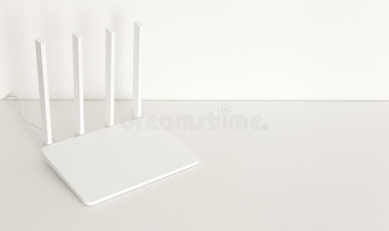Άσπρος δρομολογητής wifi στο άσπρο υπόβαθρο μινιμαλισμός στοκ φωτογραφία με δικαίωμα ελεύθερης χρήσης