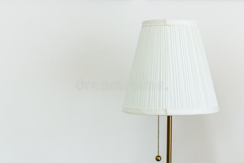 Άσπρος επιτραπέζιος λαμπτήρας σε ένα άσπρο υπόβαθρο στοκ εικόνα
