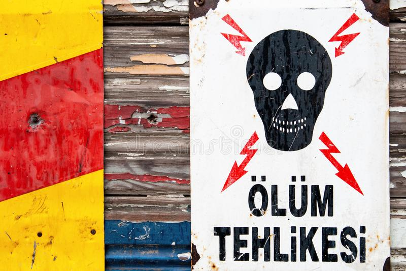 Άσπρος κίνδυνος μετάλλων του προειδοποιητικού σημαδιού θανάτου στον Τούρκο στοκ φωτογραφία με δικαίωμα ελεύθερης χρήσης